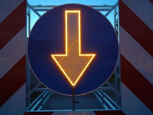 podswietlana strzala znaku1 500x375 Road trailer 1 axle medium